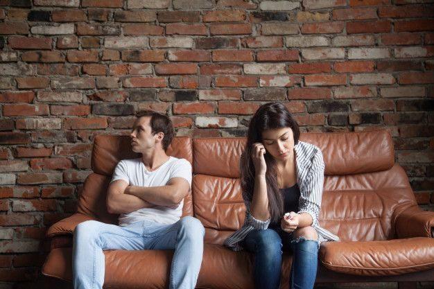 casal-chateado-depois-de-briga-sentado-no-sofa-casamento-em-crise-3061933-8935973