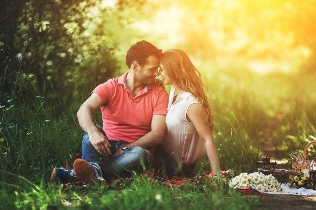 casal-sentado-na-grama-salvar-casamento-em-crise-2026902-6408754