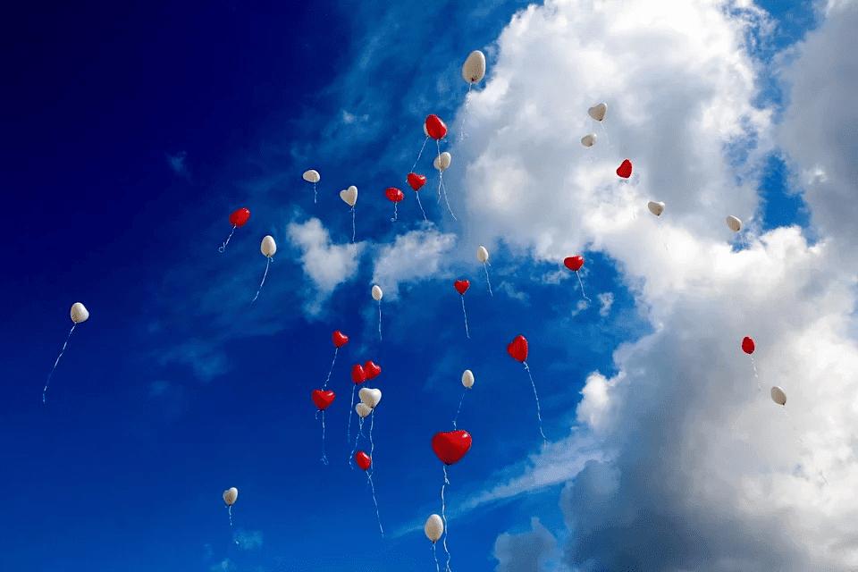 amarração amorosa balões no céu