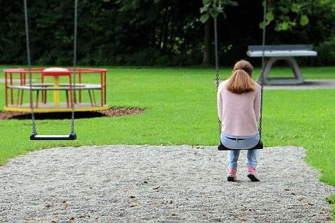 solidão menina sozinha no parque