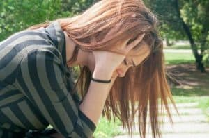 controlar a ansiedade após um trabalho espiritual menina com a cabeça baixa ansiosa