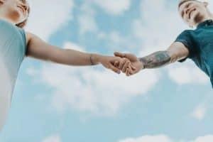 casal de mãos dadas, como saber se ele é o amor da minha vida